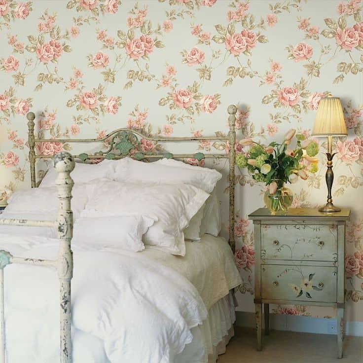 Le papier peint avec des fleurs fera bon effet contre des meubles vintage.