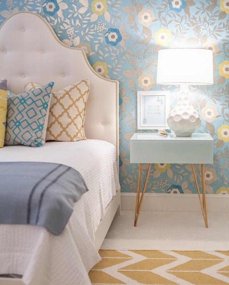 La création d'une chambre à coucher délicate et romantique sera réussie avec l'aide d'un papier peint bleu à fleurs.