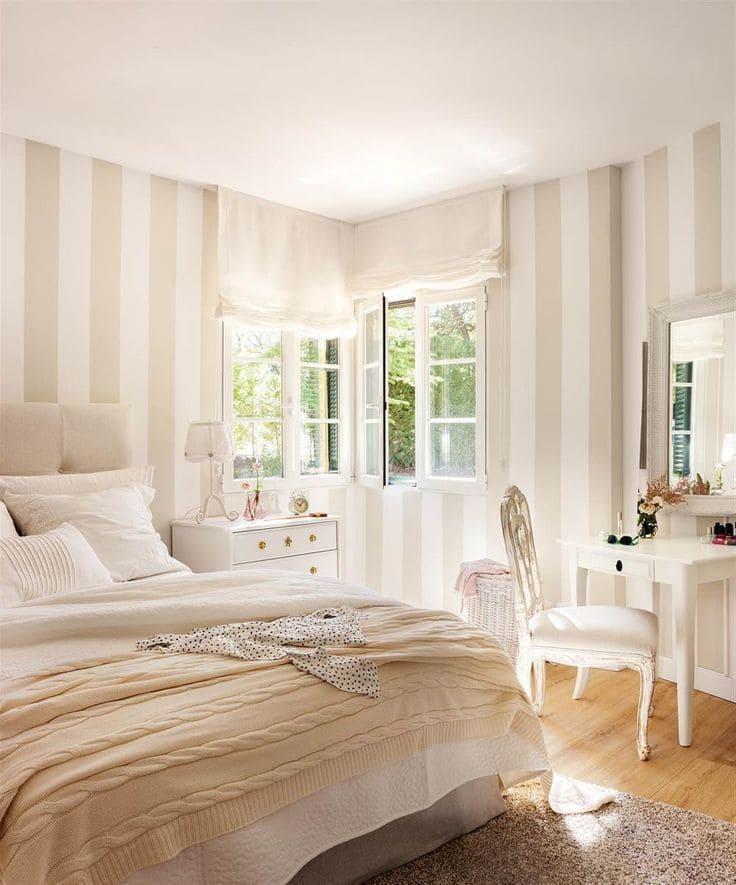 Le papier peint à rayures claires est la solution idéale pour les murs de la chambre à coucher.