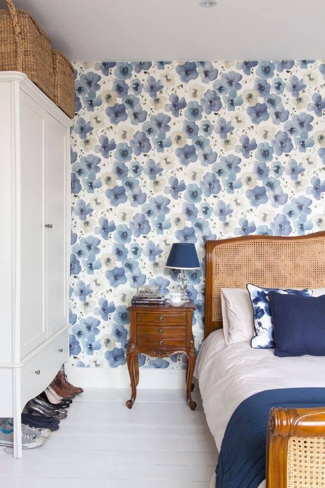 Un papier peint floral accentuera l'extérieur d'une chambre à coucher de style victorien.