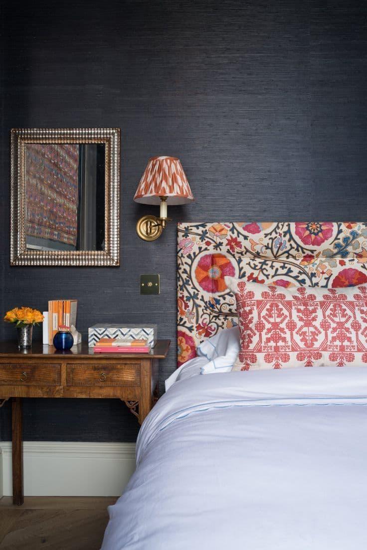 Un contraste saisissant entre la tête de lit et le mur derrière elle.