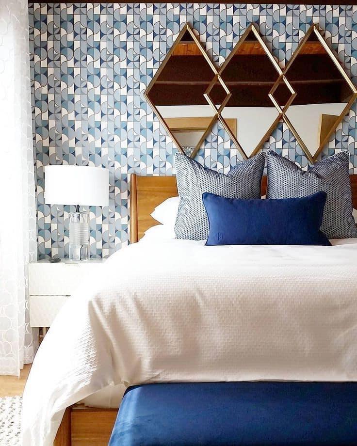 Les miroirs muraux sont un attribut invariable d'une chambre à coucher.