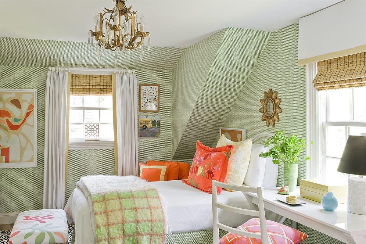 Le papier peint à pois vert vif aux contours clairs et concis est parfait pour créer un design confortable et joyeux.