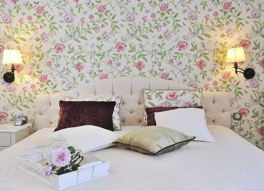 Motif de papier peint sophistiqué et original dans un délicat blanc-vert-rose.