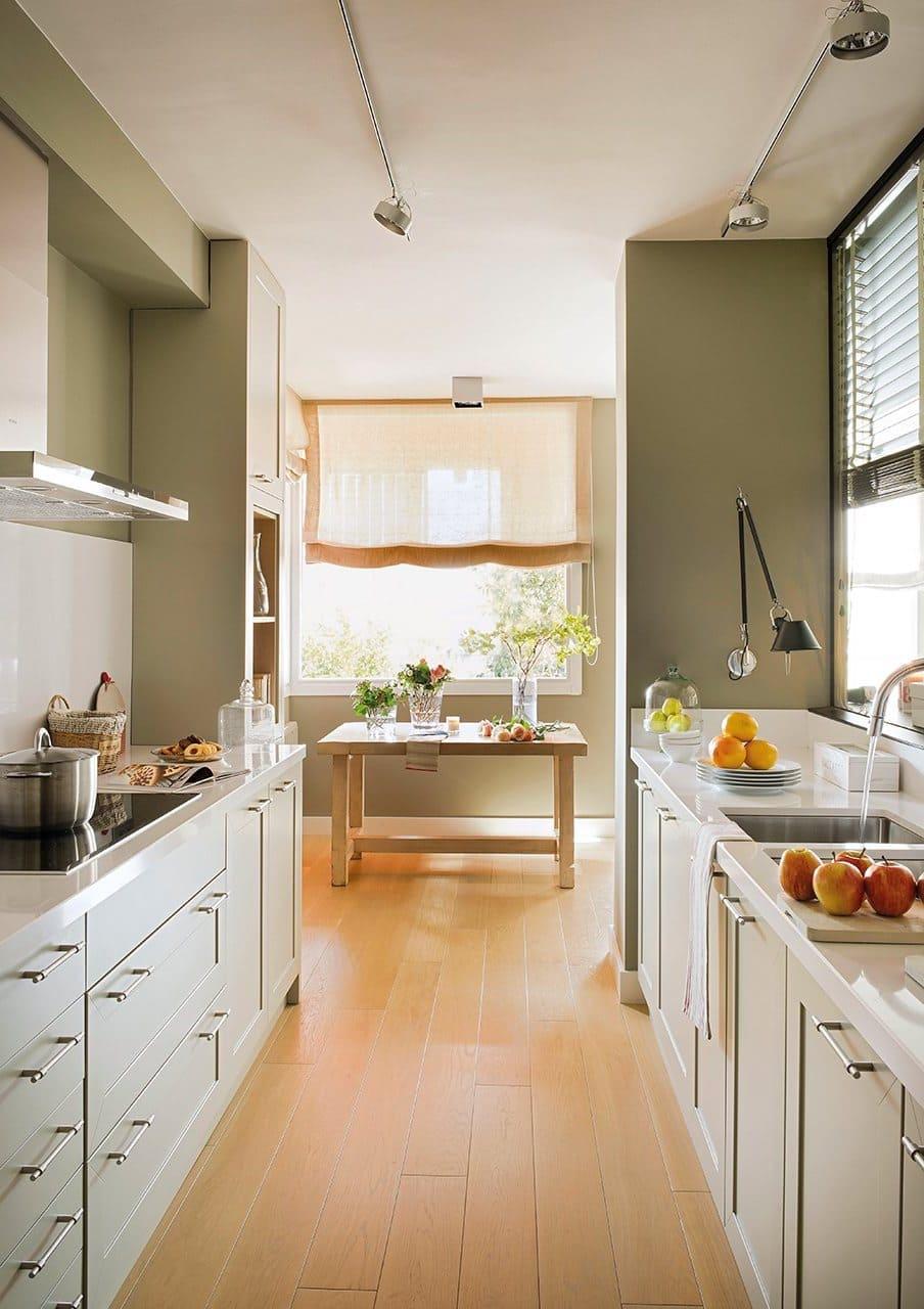 Dans une pièce étroite, vous devez utiliser rationnellement et pratiquement chaque centimètre d'espace libre, sinon la cuisine risque d'être encombrée et inconfortable.