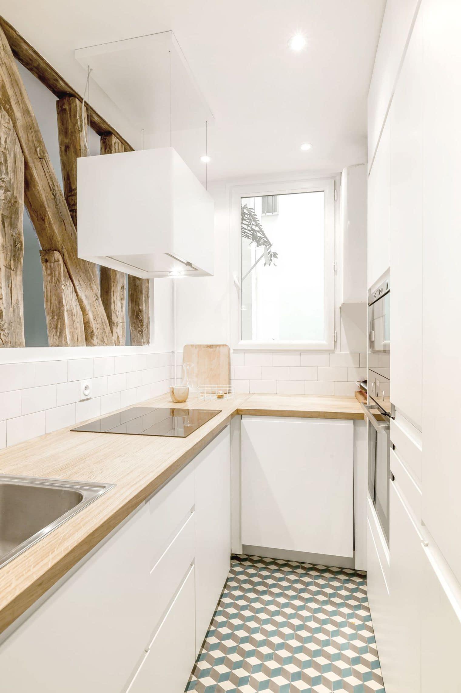 Une petite cuisine lumineuse de style écologique où tous les appareils sont parfaitement dissimulés par l'intérieur principal.