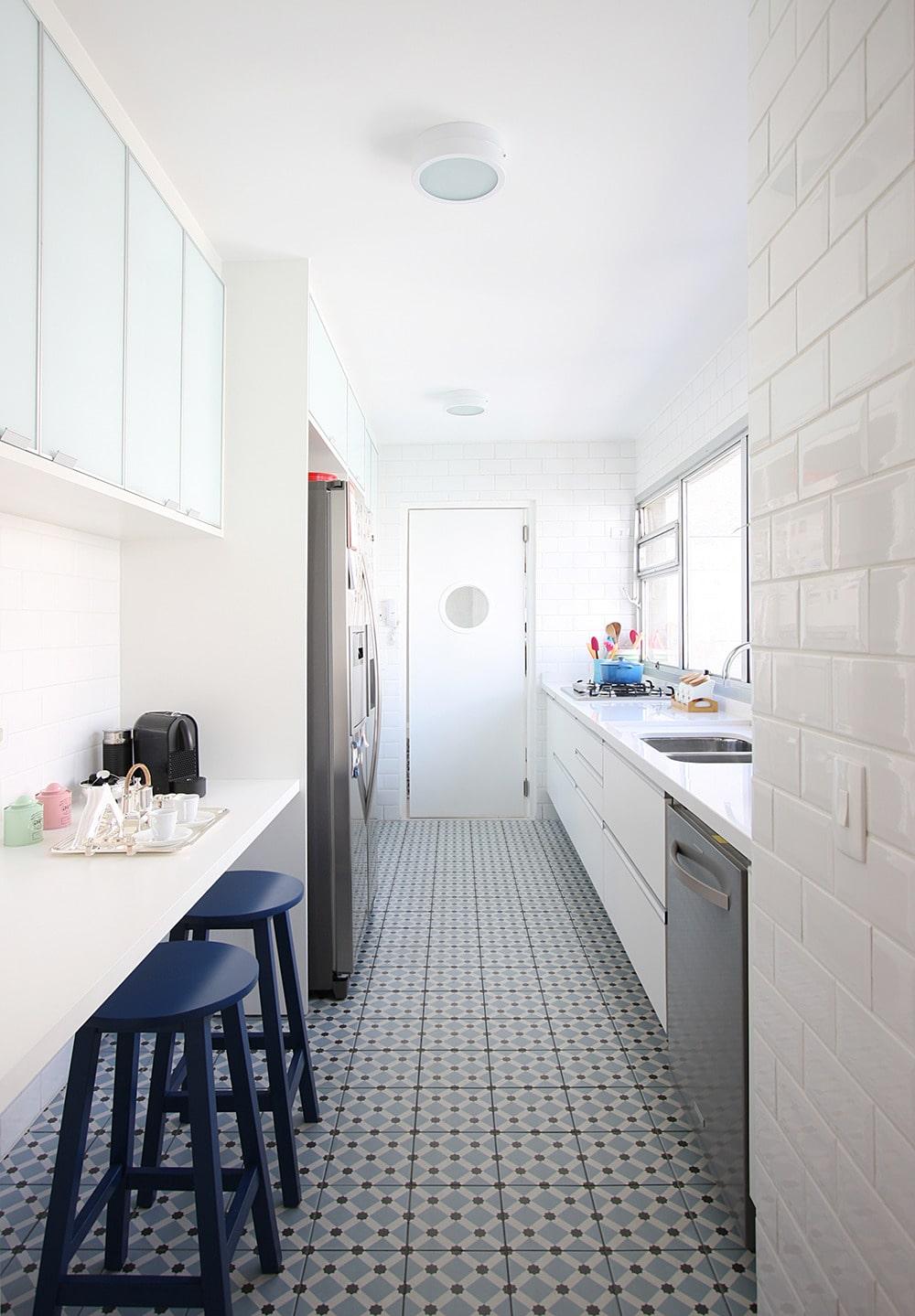 Pour rendre l'intérieur agréable, élégant et confortable, il est préférable d'élaborer à l'avance le projet de conception d'une cuisine étroite.