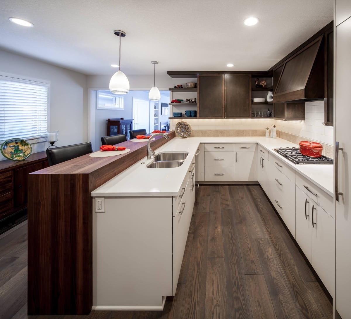 Dans un espace étroit, il vaut la peine d'expérimenter avec audace la conception des couleurs, car elle est souvent cruciale. Cette cuisine Art nouveau en est un excellent exemple.