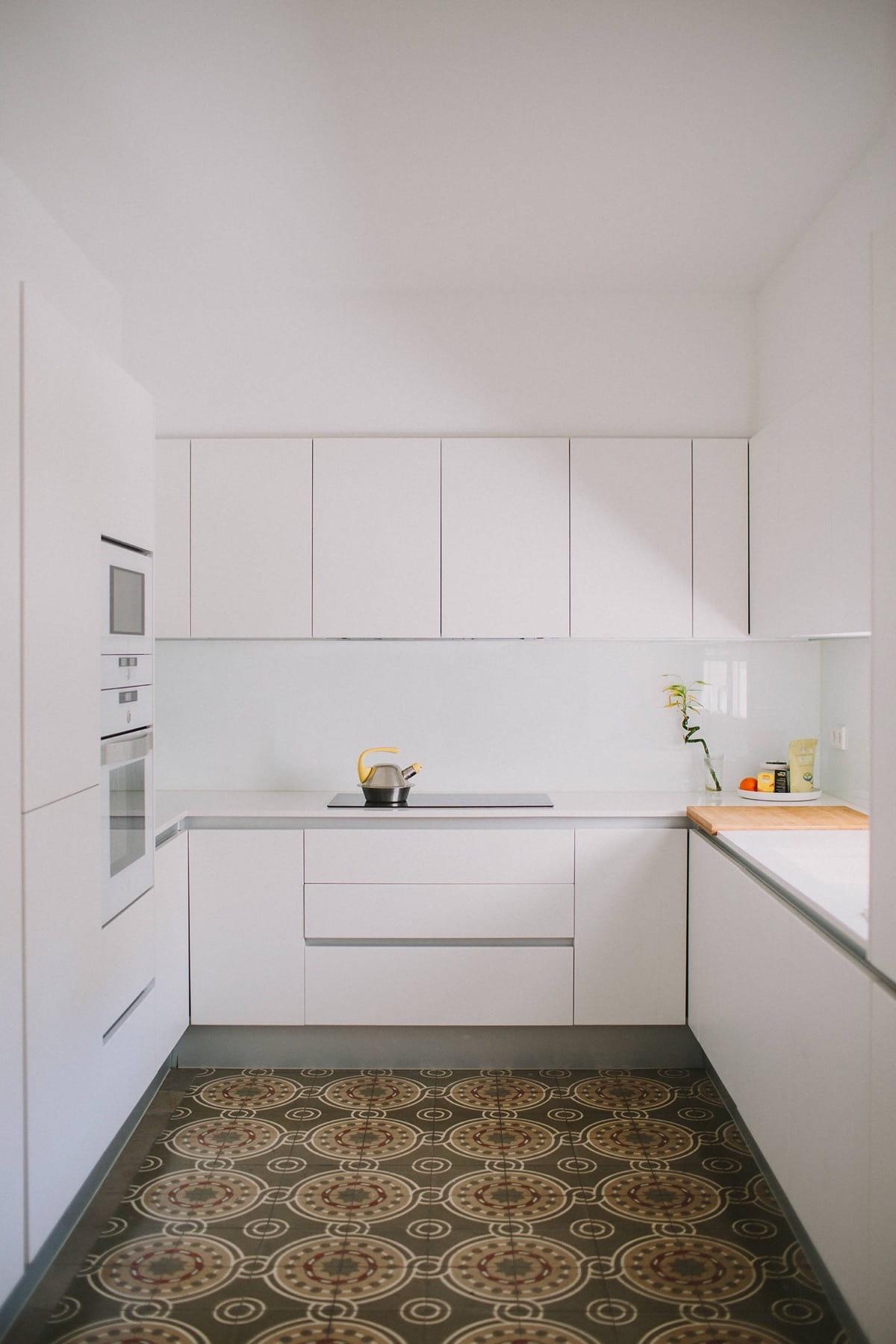 Les façades blanches sont la meilleure option pour une cuisine miniature.