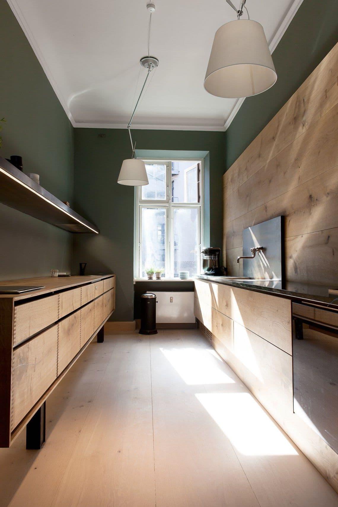 Pour une pièce étroite avec une bonne lumière naturelle, une seule paire de luminaires suffira.