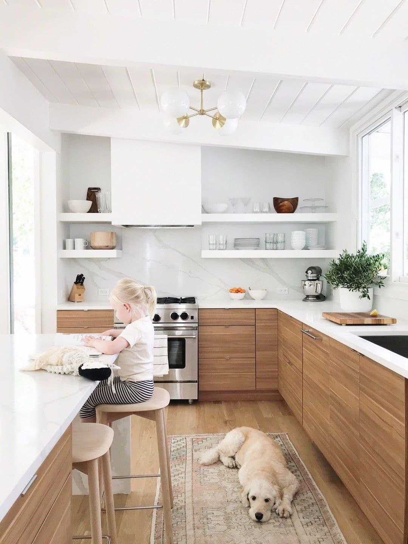 Cuisine confortable dans une délicate couleur blanche et brune avec une table confortable près de la fenêtre