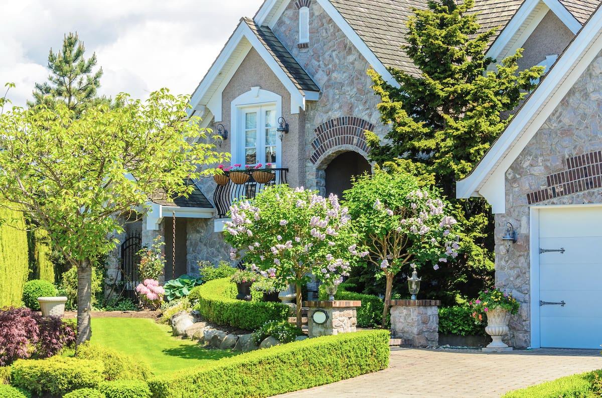 L'aménagement paysager de style anglais est idéal pour aménager un petit espace devant la maison.