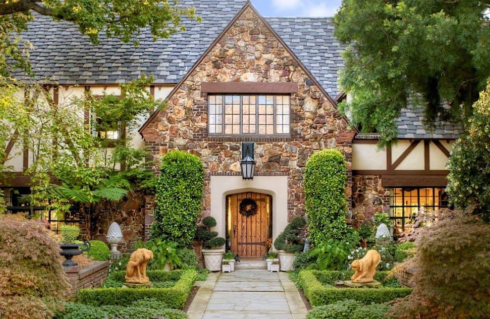 Une verdure éclatante se marie bien avec la façade d'une maison en pierre naturelle.