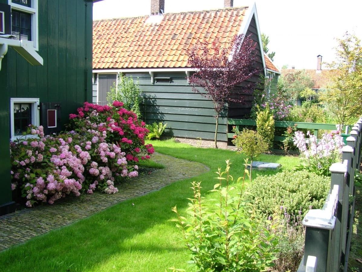 Une pelouse bien entretenue rehausse la beauté d'un jardin de style hollandais.
