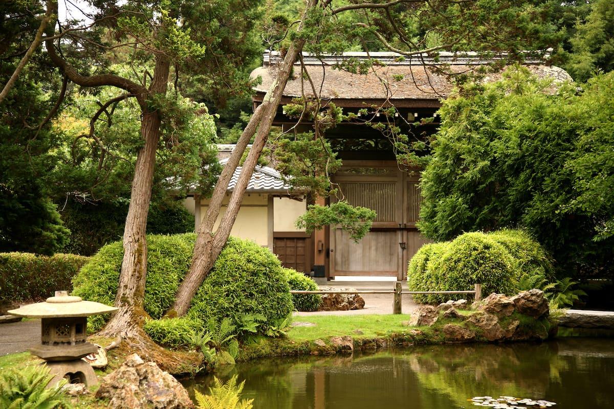 Un jardin japonais est un lieu où règne une atmosphère paisible, propice à un repos confortable et isolé.