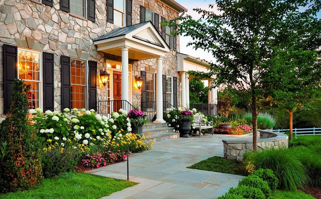 Une grande maison avec une cour magnifique et bien entretenue.