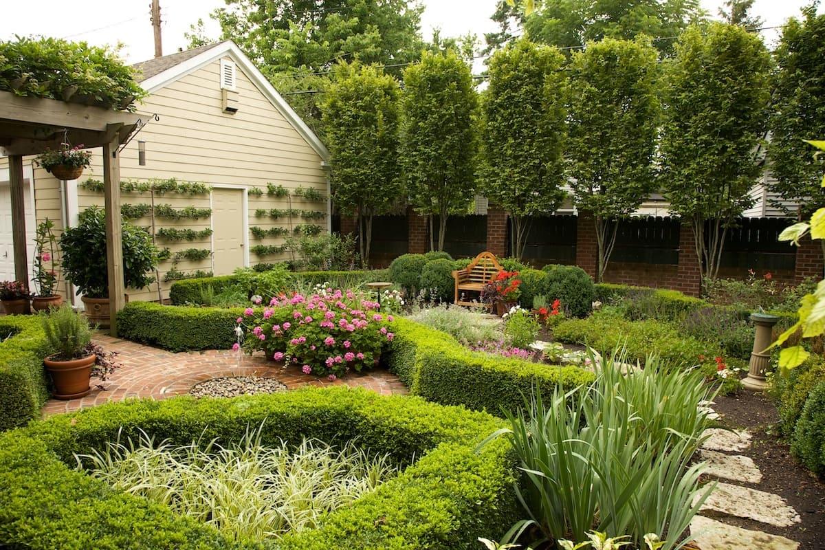 Dans le style forestier, l'aménagement paysager s'applique à la quasi-totalité de la surface du jardin.