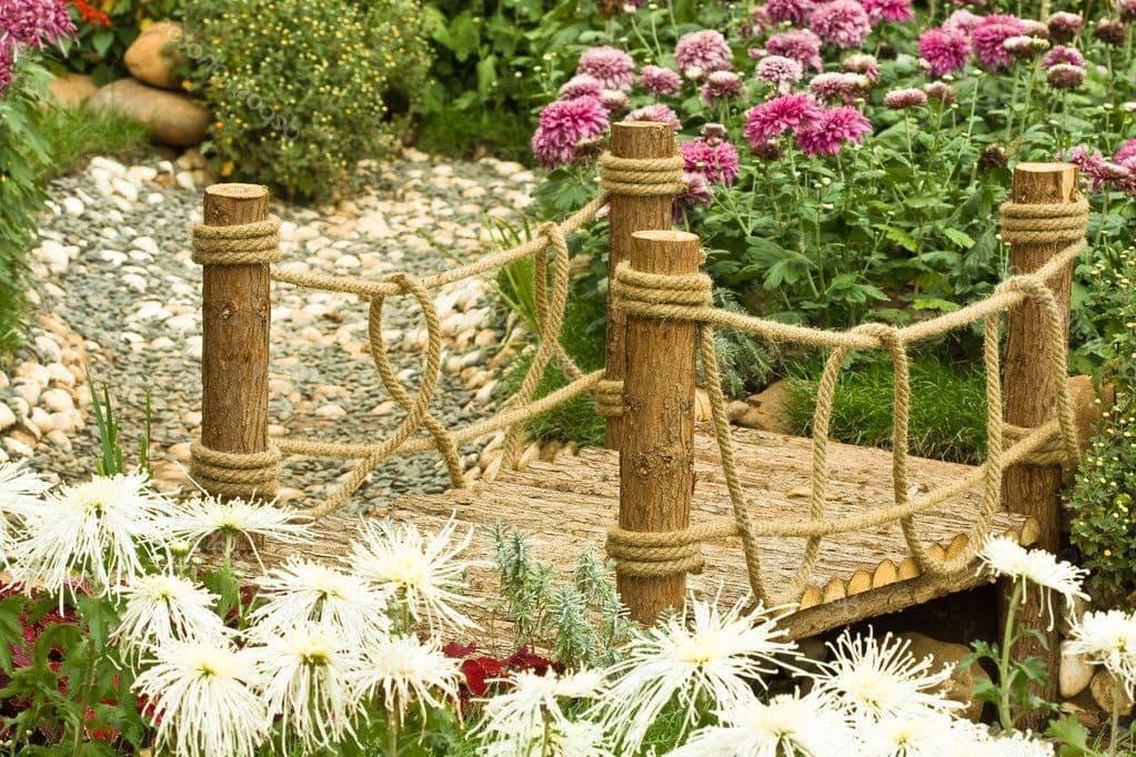 Pont décoratif sur un ruisseau asséché