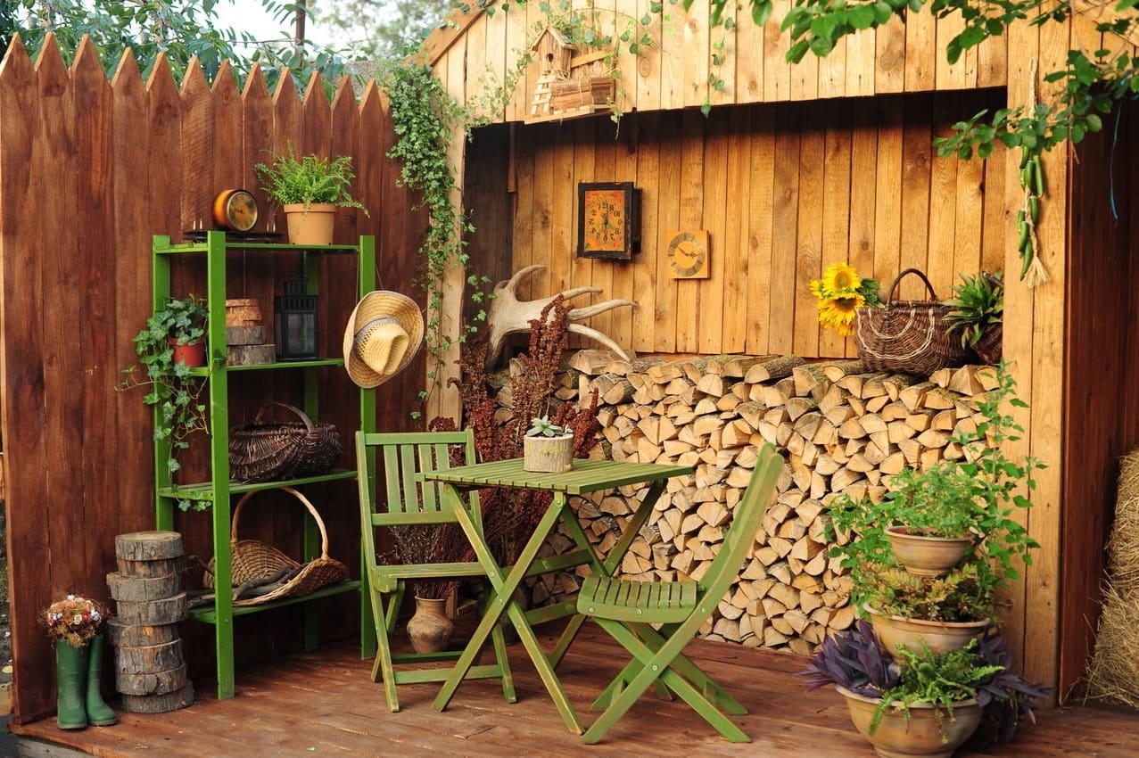Organisation harmonieuse et compacte de la zone de loisirs dans un style champêtre.