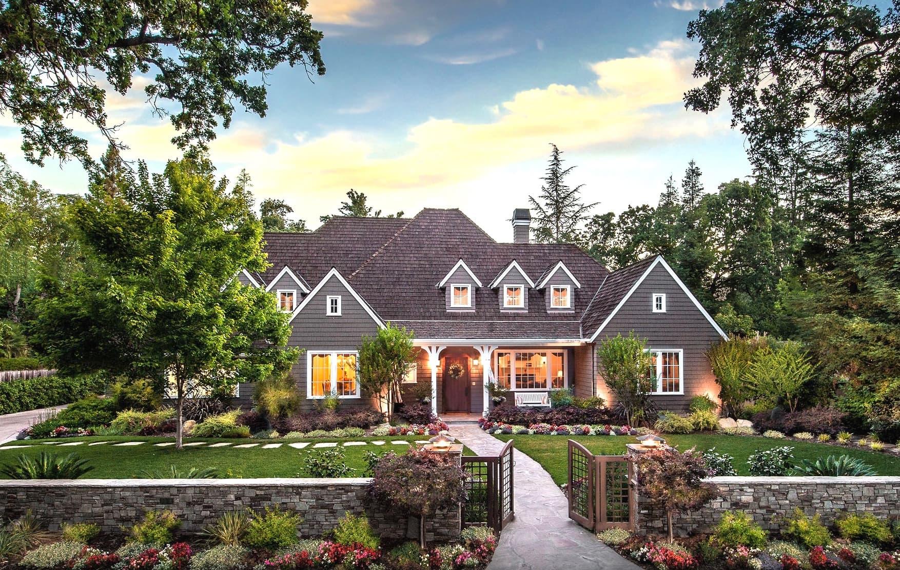 Conception d'une belle cour de maison privée