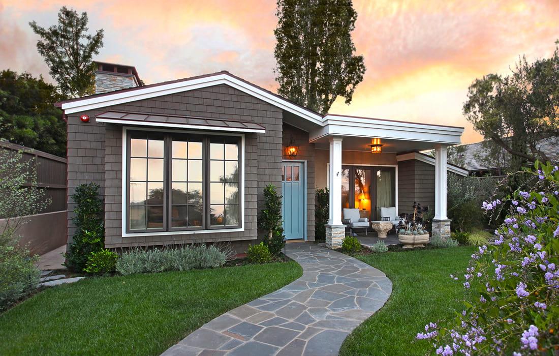 Un petit cottage avec un joli jardin