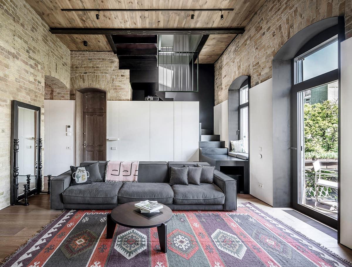 Un grand tapis avec un imprimé lumineux diluera la monotonie des murs et ajoutera du confort à la maison