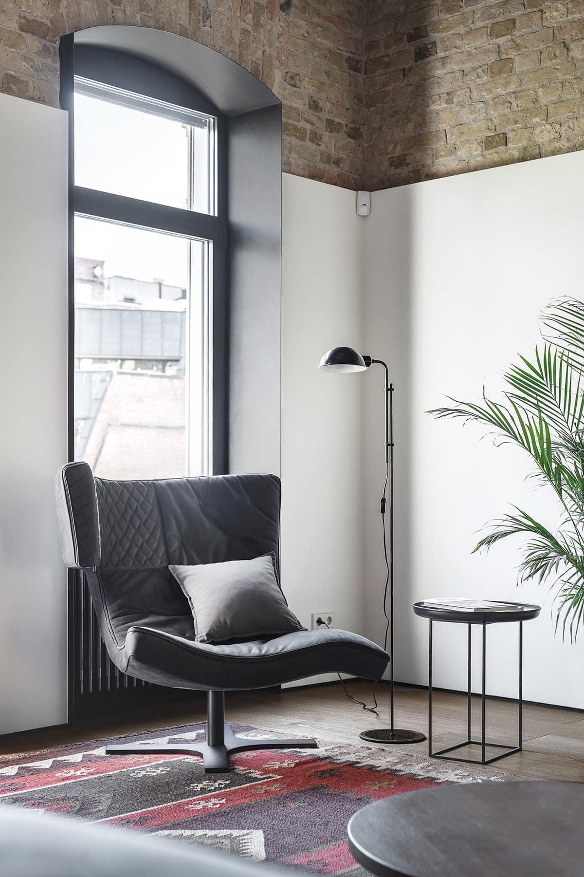 Les hauts plafonds et les grandes fenêtres expressives sont autant de caractéristiques du style loft industriel.