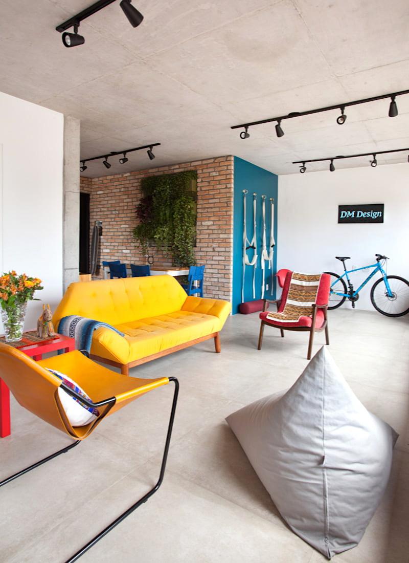 Choix intéressant de la palette de couleurs dans la conception d'un salon spacieux
