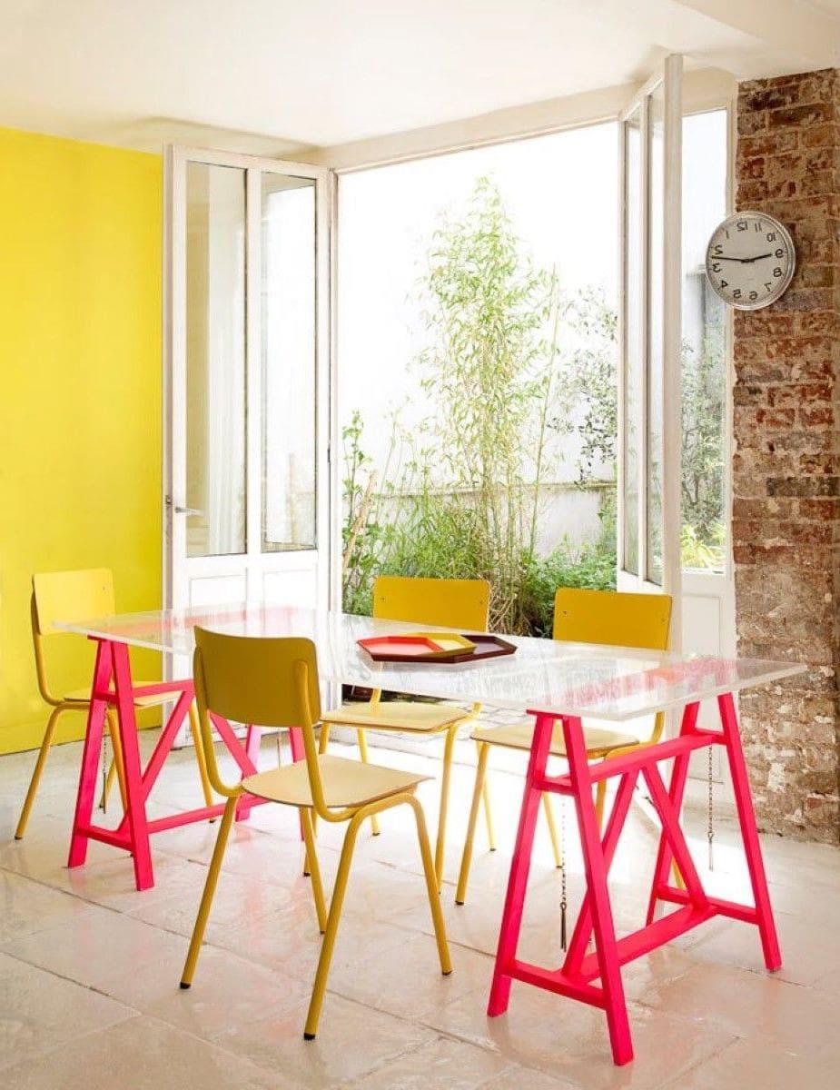 Des murs de couleur jaune dans la cuisine - une décision très audacieuse et en même temps justifiée, car cette teinte a un effet favorable sur l'appétit d'une personne.