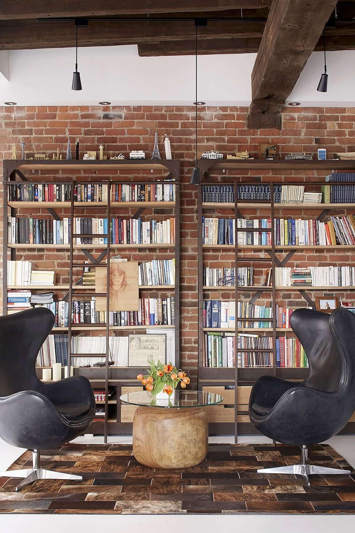 Une grande bibliothèque ouverte en bois et en métal, qui s'intégrera parfaitement dans un intérieur de loft.