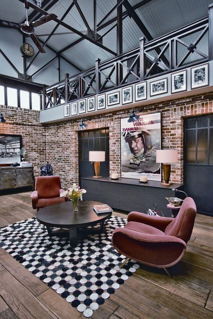 Des briques nues, un beau parquet au sol, des poutres apparentes au plafond sont les attributs constants d'un intérieur de loft moderne.