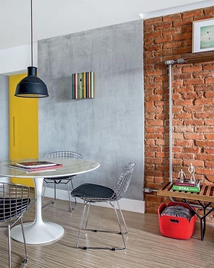 Une combinaison réussie de briques et de béton sur le mur