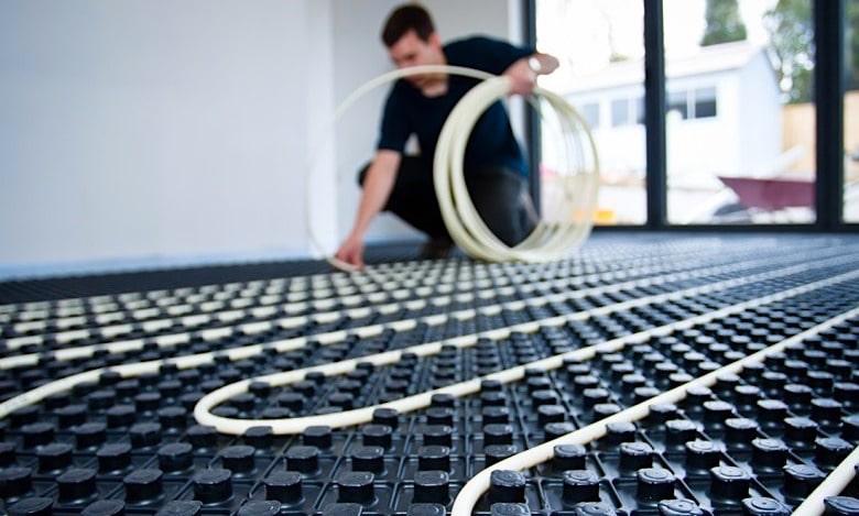 Technologie de pose de tuyaux dans les matelas d'isolation thermique