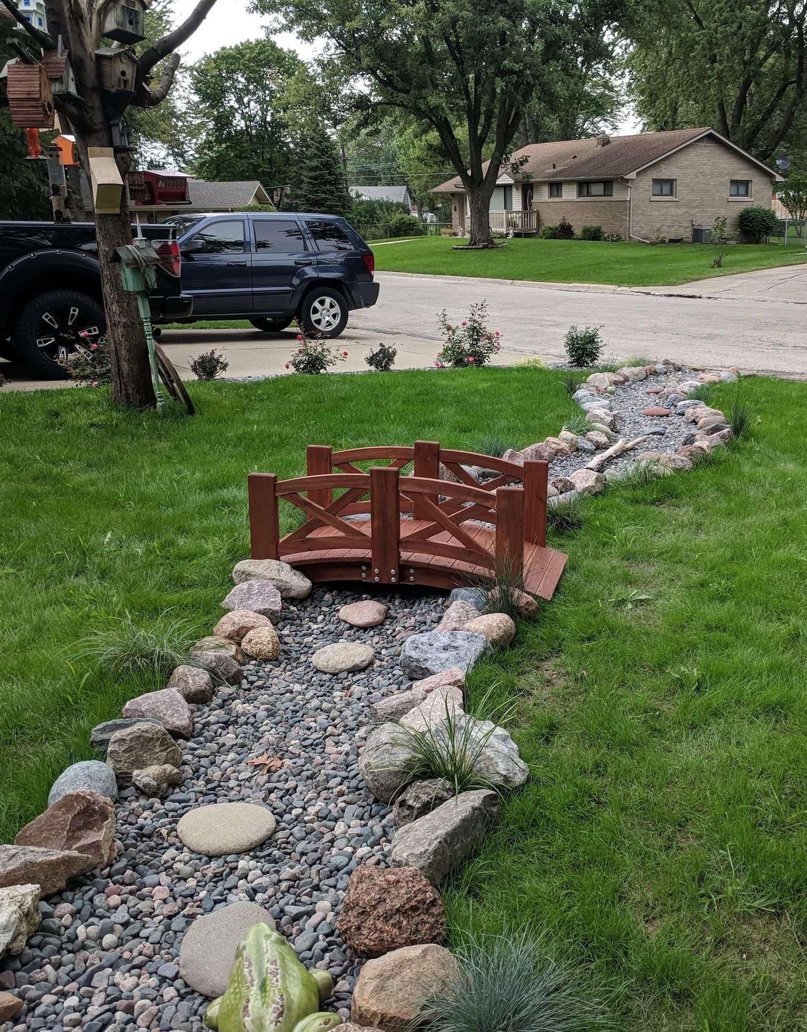 Option de conception intéressante pour un ruisseau sec sur une parcelle de jardin