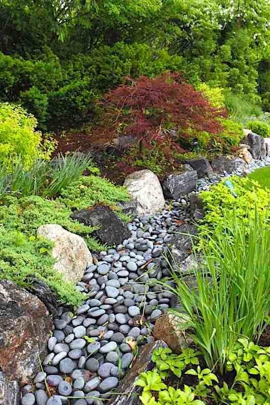 Un ruisseau sec de pierres avec vos propres mains