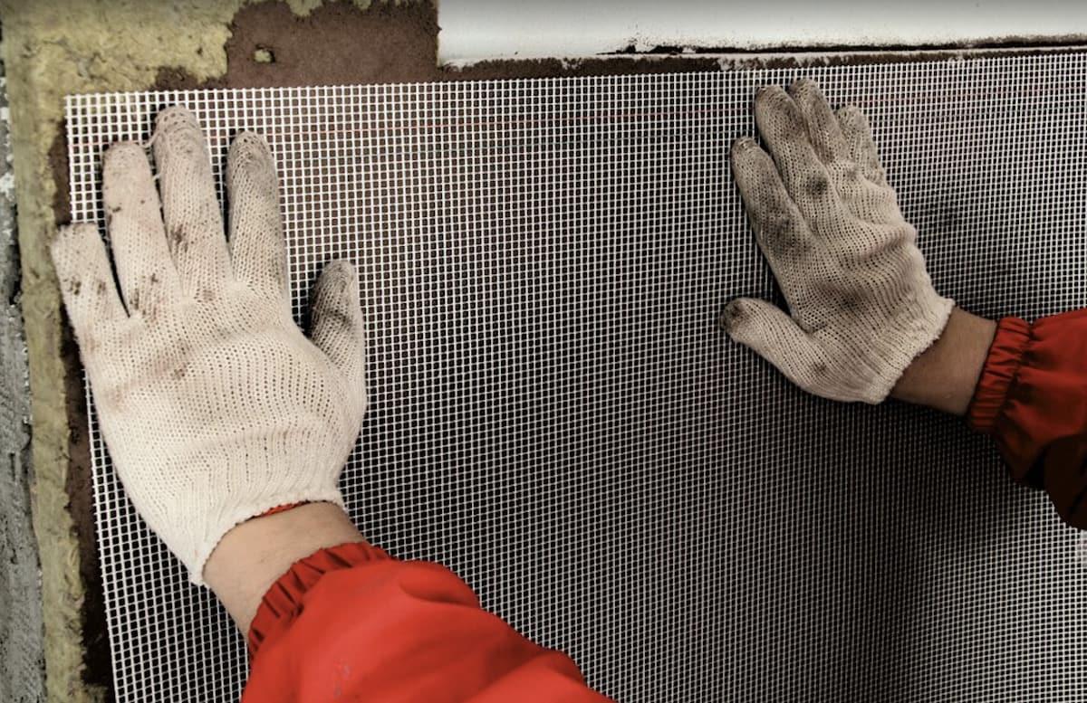 Application de la couche de plâtre d'armature