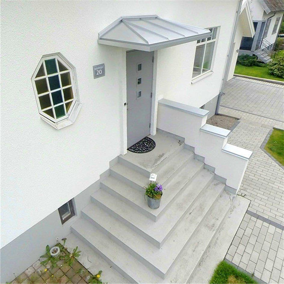 Монолитное крыльцо из бетона с большим количеством ступеней