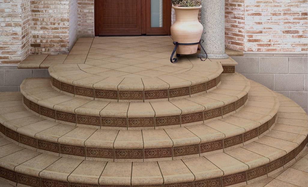 Для облицовки крыльца из бетона обычно используют уличную керамогранитную напольную плитку с рифленым рисунком