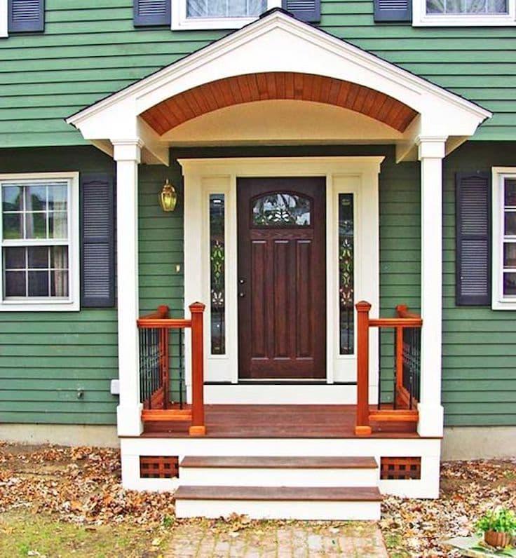 Красивое сочетание белого и зеленого цвета в оформлении фасада загородного дома