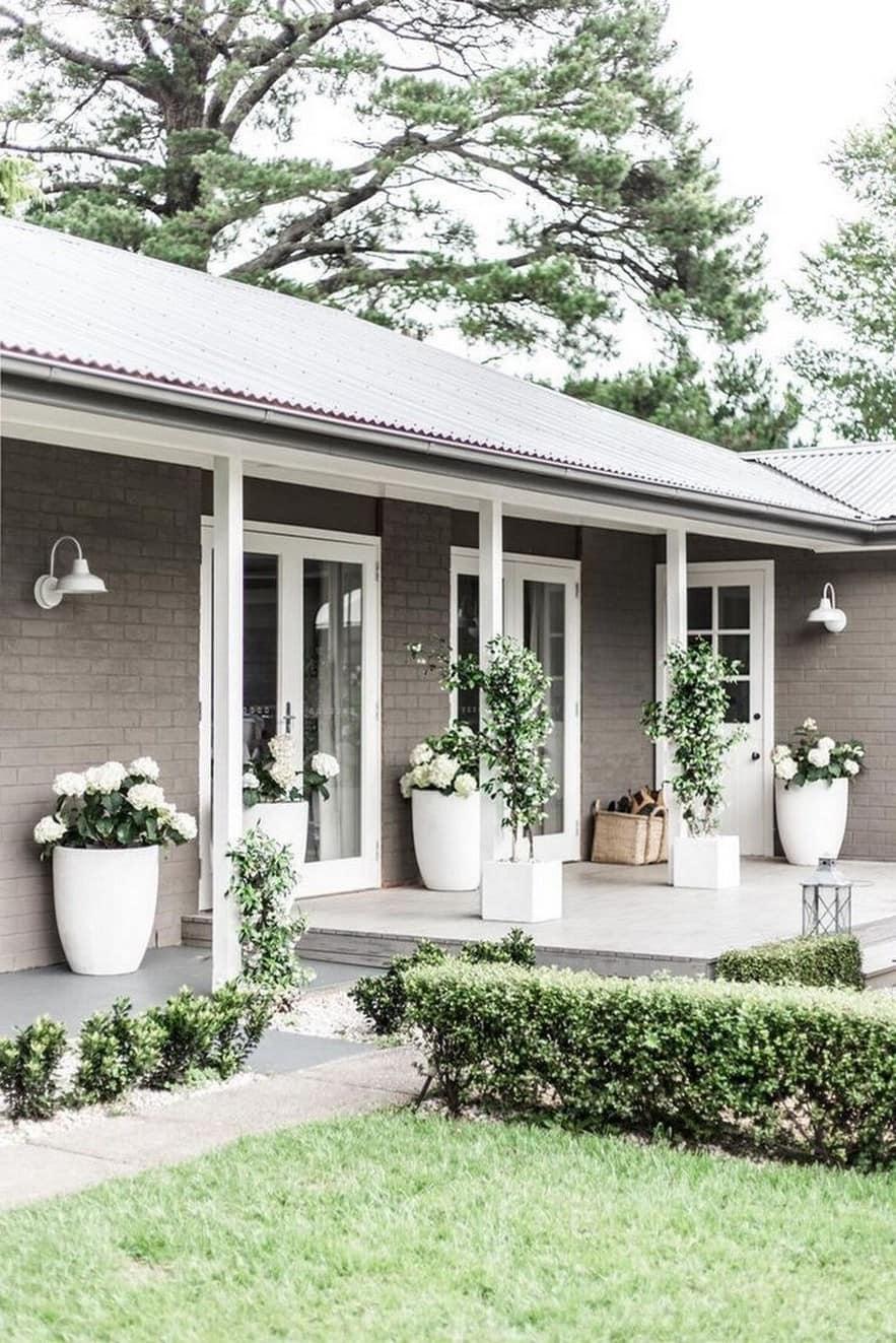 Большие вазоны с цветами галантно украсят вход в дом