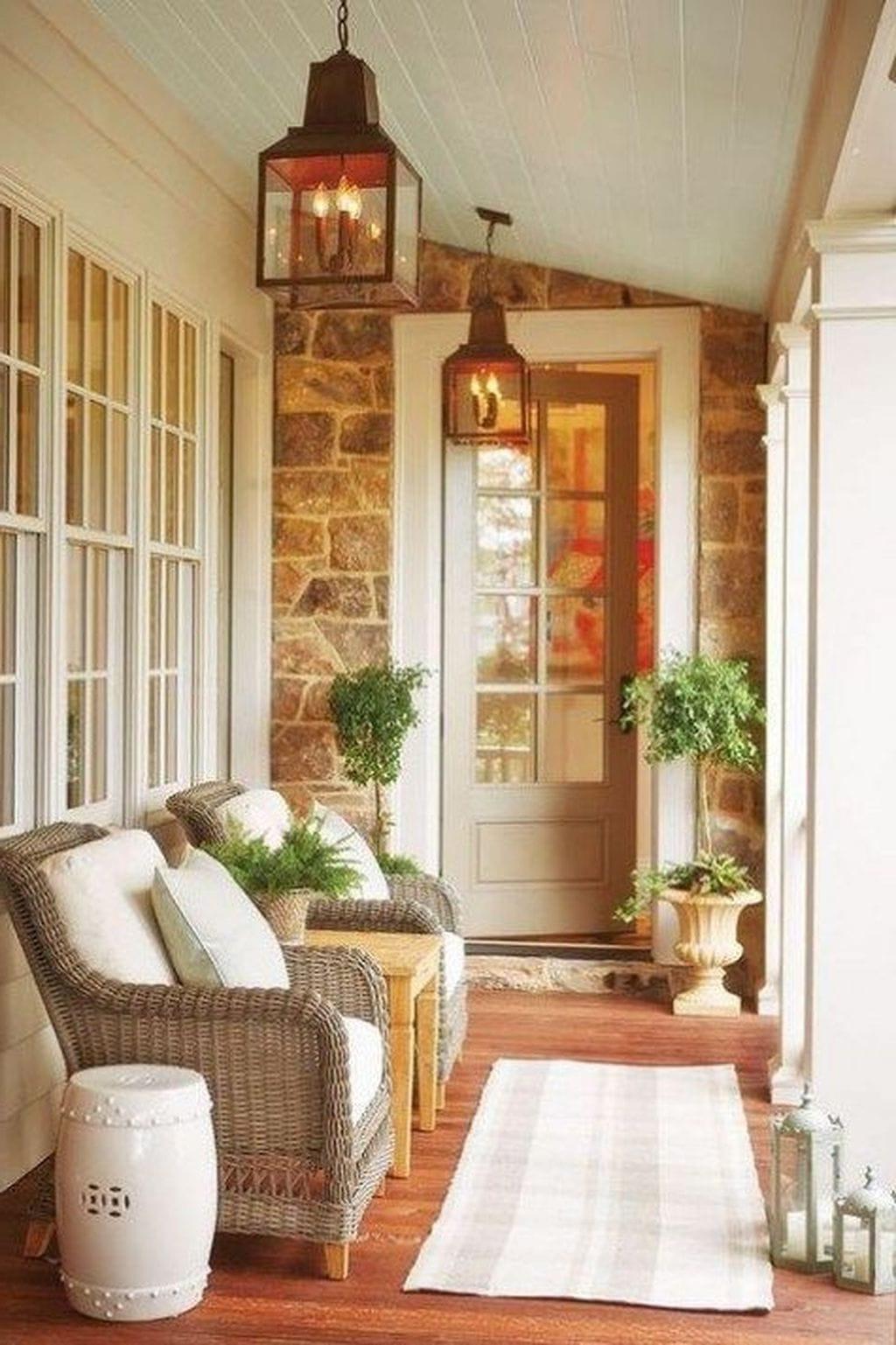 Мебель из ротанга гармонично сочетается с каменной отделкой дома