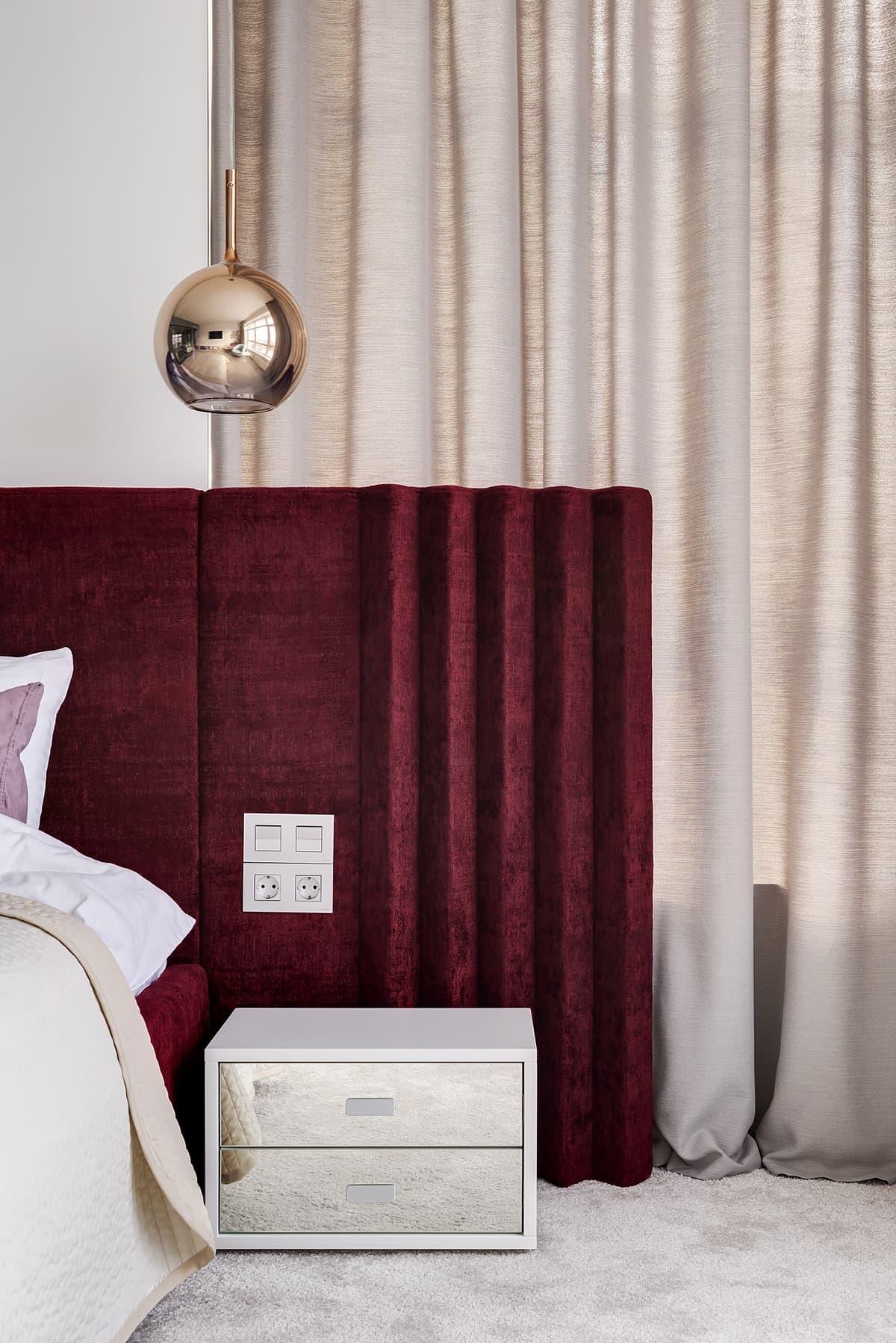 Глубокий и стильный цвет бордо особенно выгодно подчеркнут элементы с золотым отливом