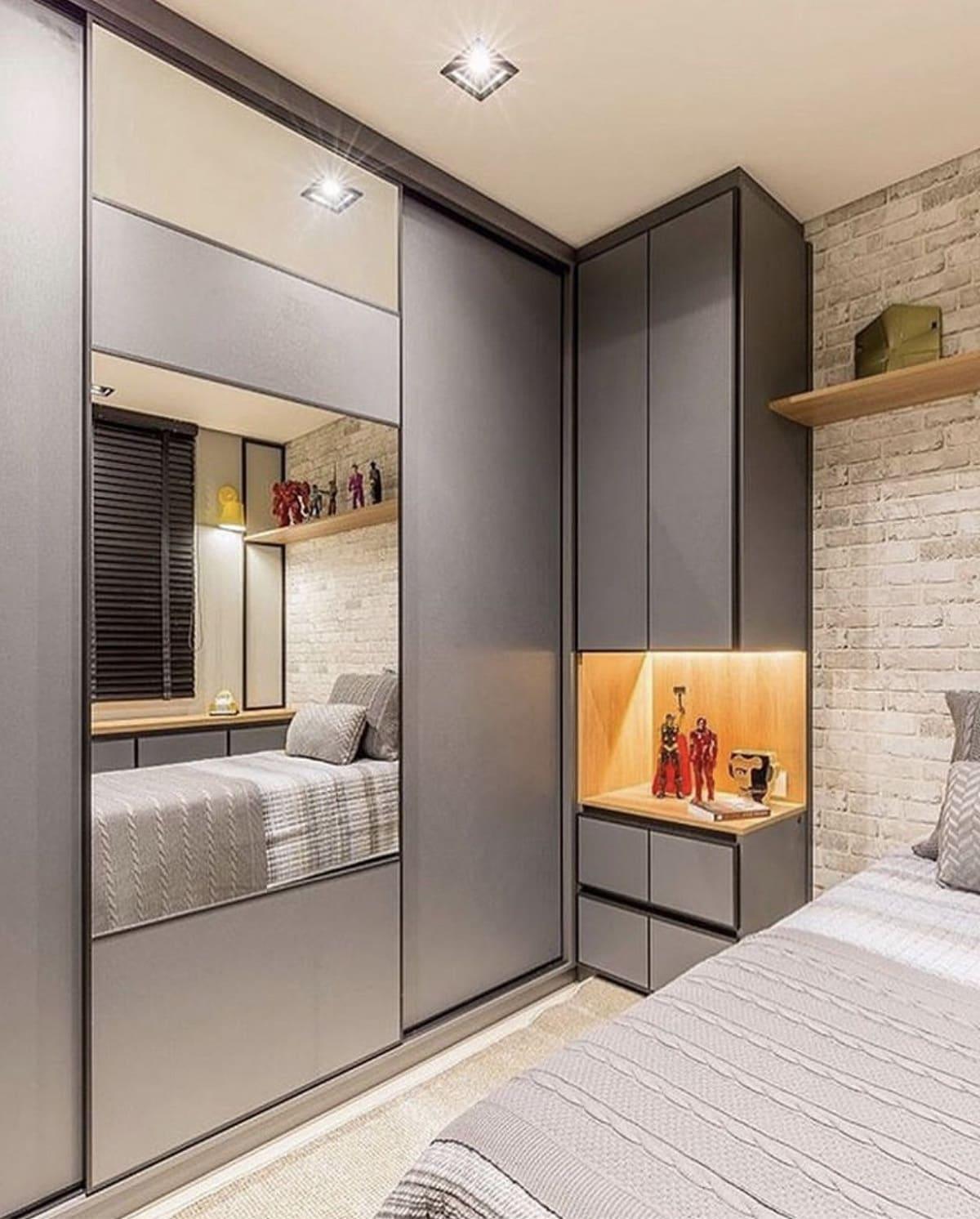 Грамотная комбинация углового шкафа в небольшой спальне