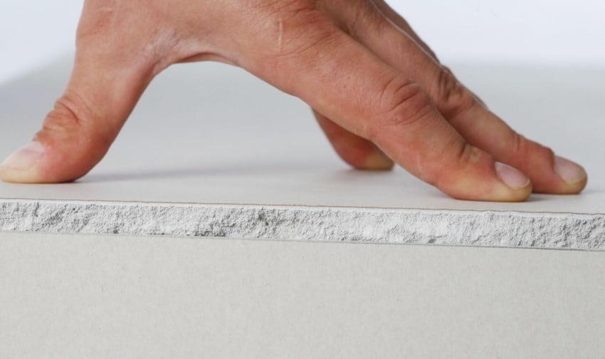 L'épaisseur standard des plaques de plâtre est de 15 mm.