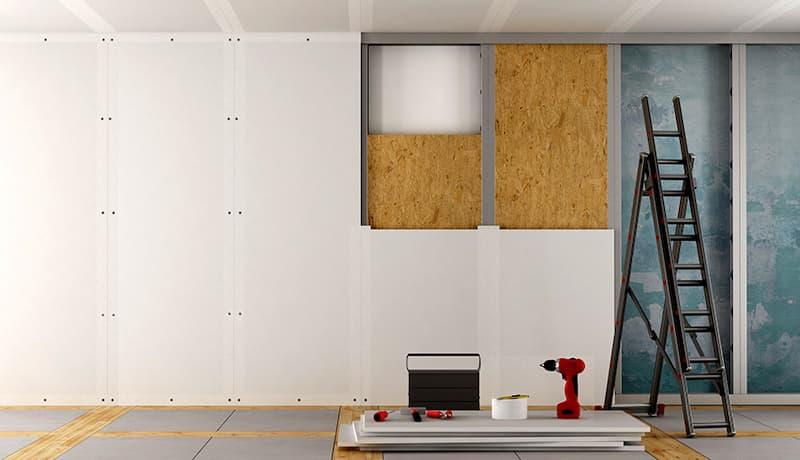 Après l'installation, les plaques de plâtre peuvent être peintes ou recouvertes de papier peint.