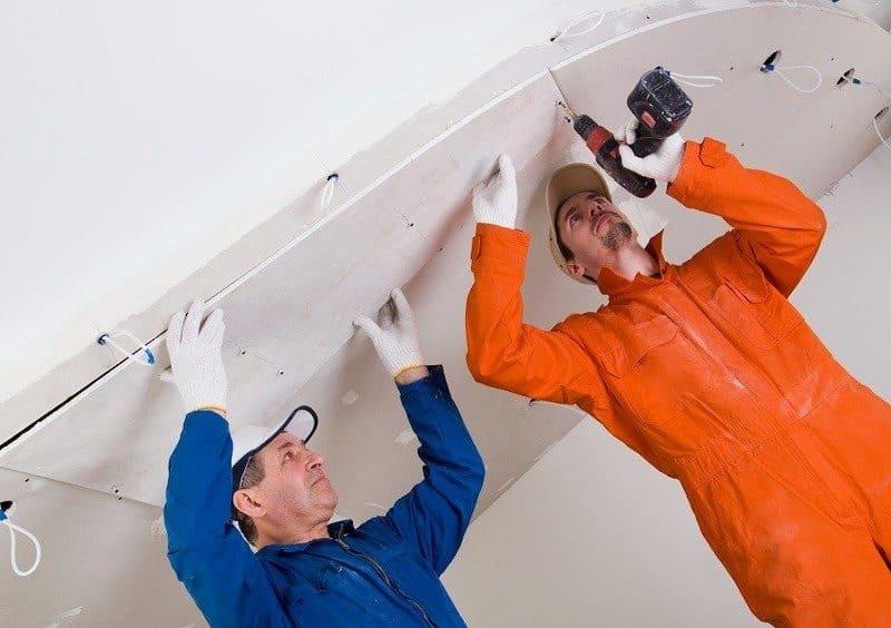 Fixation des plaques de plâtre au plafond