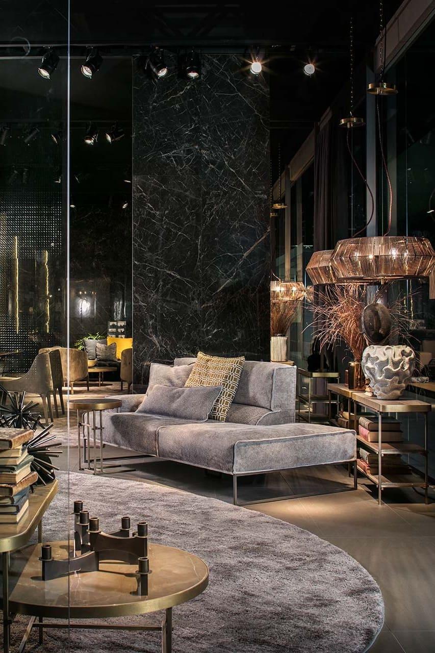 La surface du sol au plafond en marbre donne une profondeur supplémentaire à l'espace.