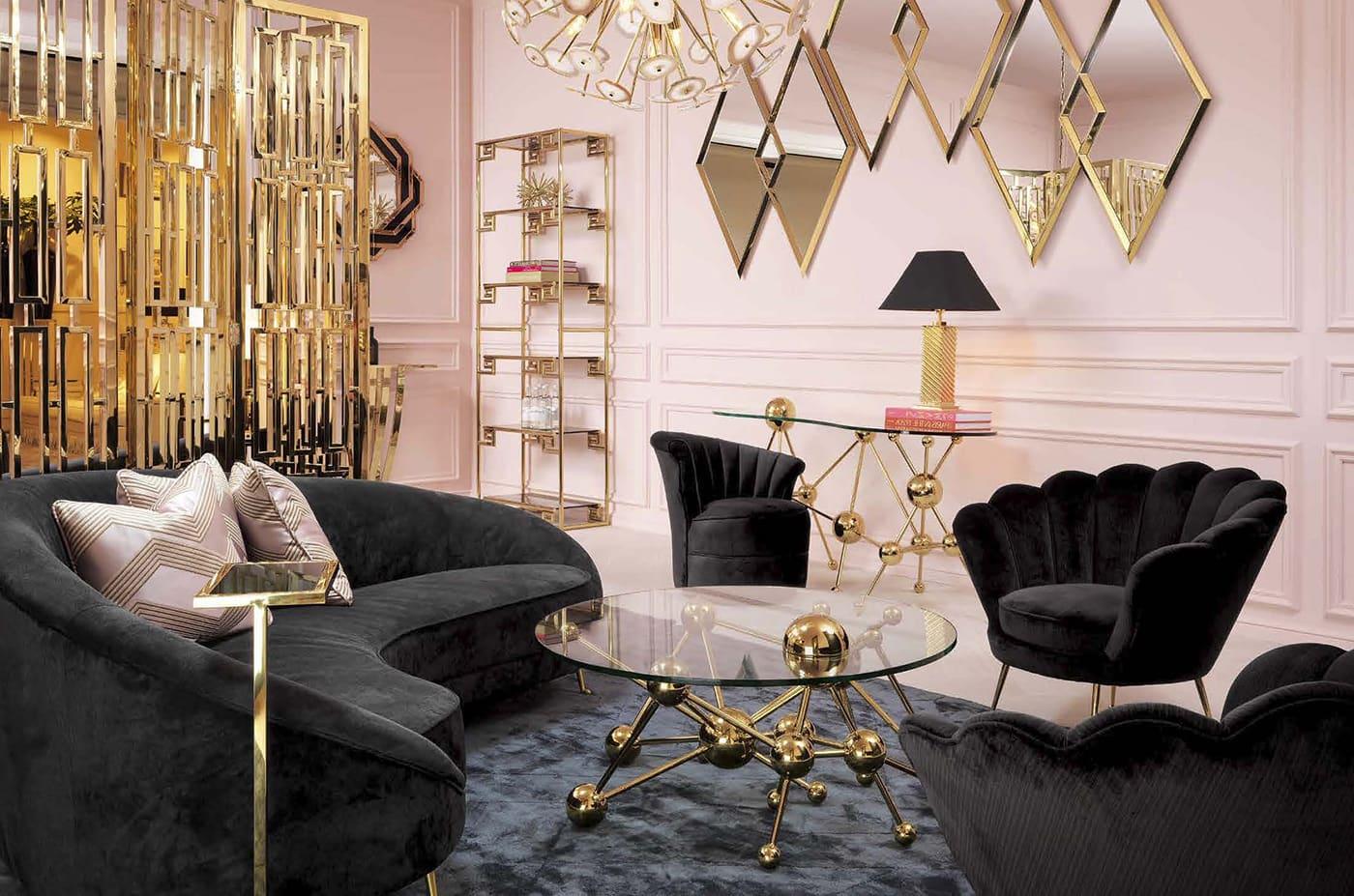 Les meubles sombres et les éléments dorés contribuent à donner à l'intérieur une ambiance bohème.