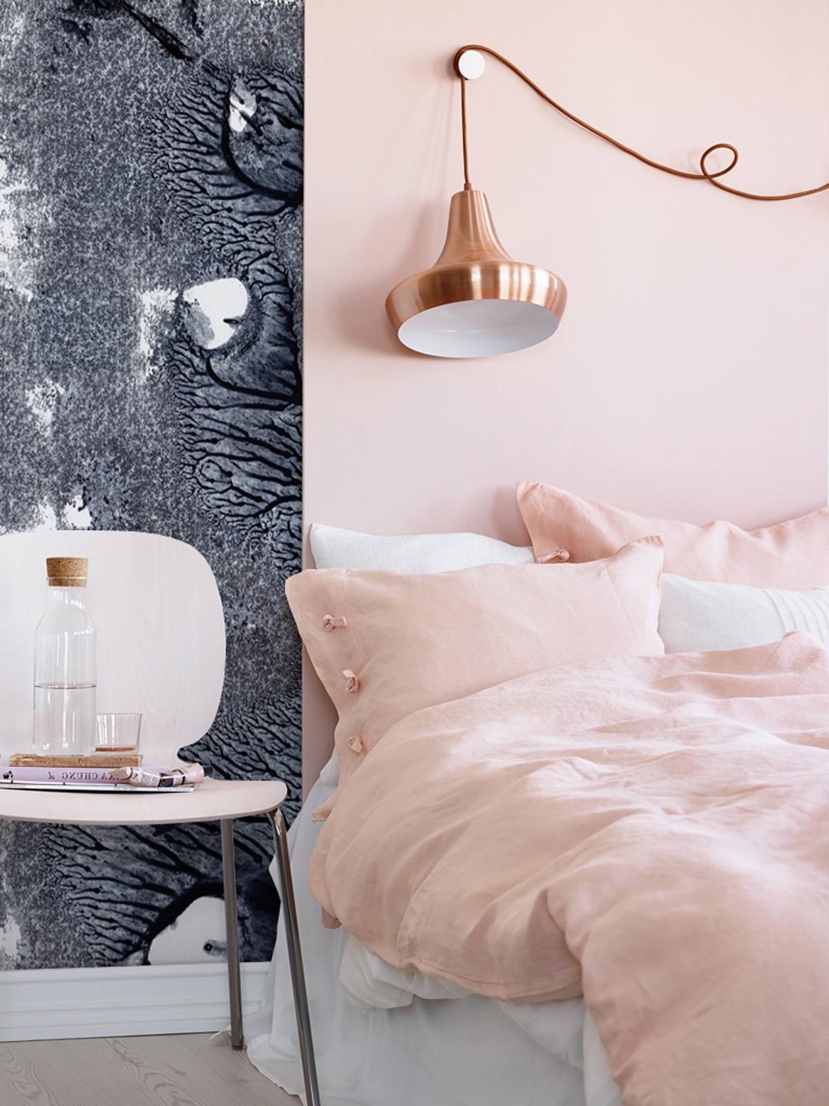 Chambre à coucher de luxe dans des tons sombres et roses