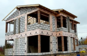 Isolation des murs d'une maison en béton cellulaire